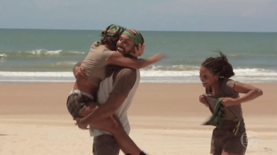 No Limite: Carol Peixinho e Arcrebiano se abraçam após venceram prova do privilégio - Reprodução/Globoplay