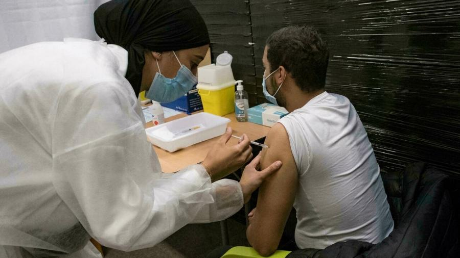Balanço inclui adultos que receberam as duas doses das vacinas contra a covid-19 ou a dose única da Janssen - Reprodução/RFI