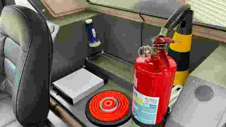 No lugar do banco traseiro, viatura criada para PM traz acessórios como lanterna, cassetete e extintor - Garage Brazil - Garage Brazil