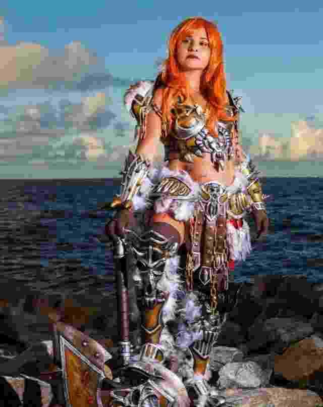 Fantasia da personagem Barbarian, do game Diablo 3, feita pela empresa Sakura Cosmaker. Na foto, a modelo é a própria dona da empresa, Claudia Santos - Divulgação