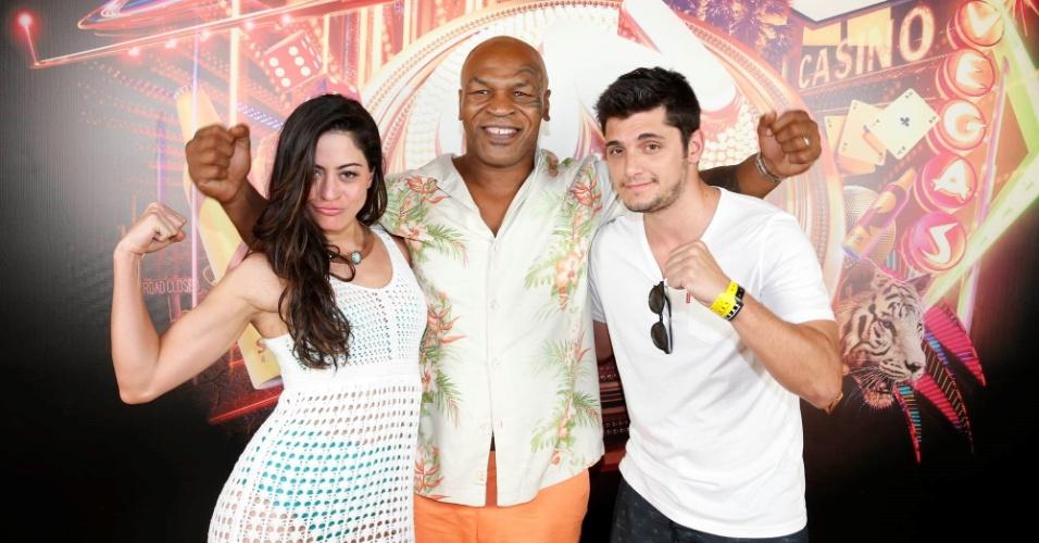 19.jul.2015 - Carol Castro e Bruno Gissoni participaram de uma festa à beira da piscina na casa do lutador Mike Tyson, em Las Vegas, convidados por uma marca de bebida brasileira