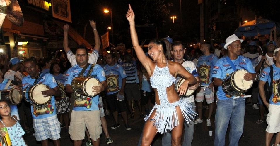 17.jan.2016 - Sabrina Sato cai no samba na frente da bateria da Vila Isabel em ensaio de rua