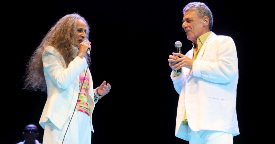 26.jan.2015 - Chico Buarque e Maria Bethânia cantam juntos no tradicional Show de Verão, que acontece na noite desta terça-feira no Vivo Rio