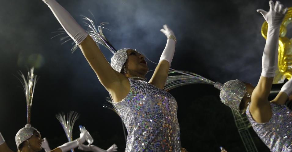 6.fev.2016 - Integrante da escola Nenê de Vila Matilde se prepara para entrar no Anhembi no Carnaval 2016 de São Paulo