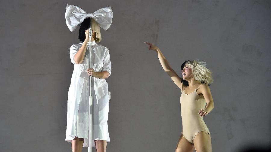 """17.abr.2016 - A cantora Sia convidou sua fiel escudeira, a pequena dançarina Maddie Ziegler, de clipes como """"Chandelier"""" e """"Elastic Heart"""", para o terceiro dia do Coachella, em Indio, Califórnia - Getty Images"""
