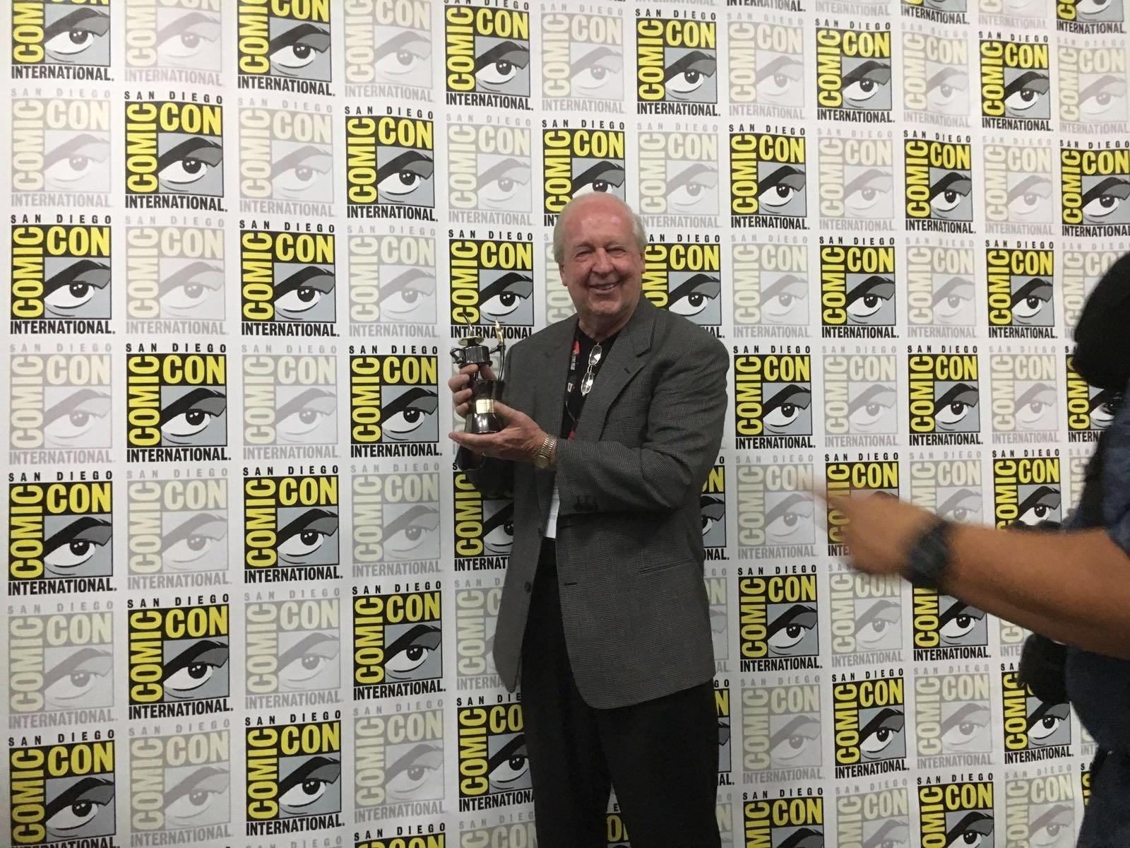22.jul.2016 - Criador do personagem Garfield, o cartunista americano Jim Davis exibe prêmio Inkpot que recebeu na Comic-Con