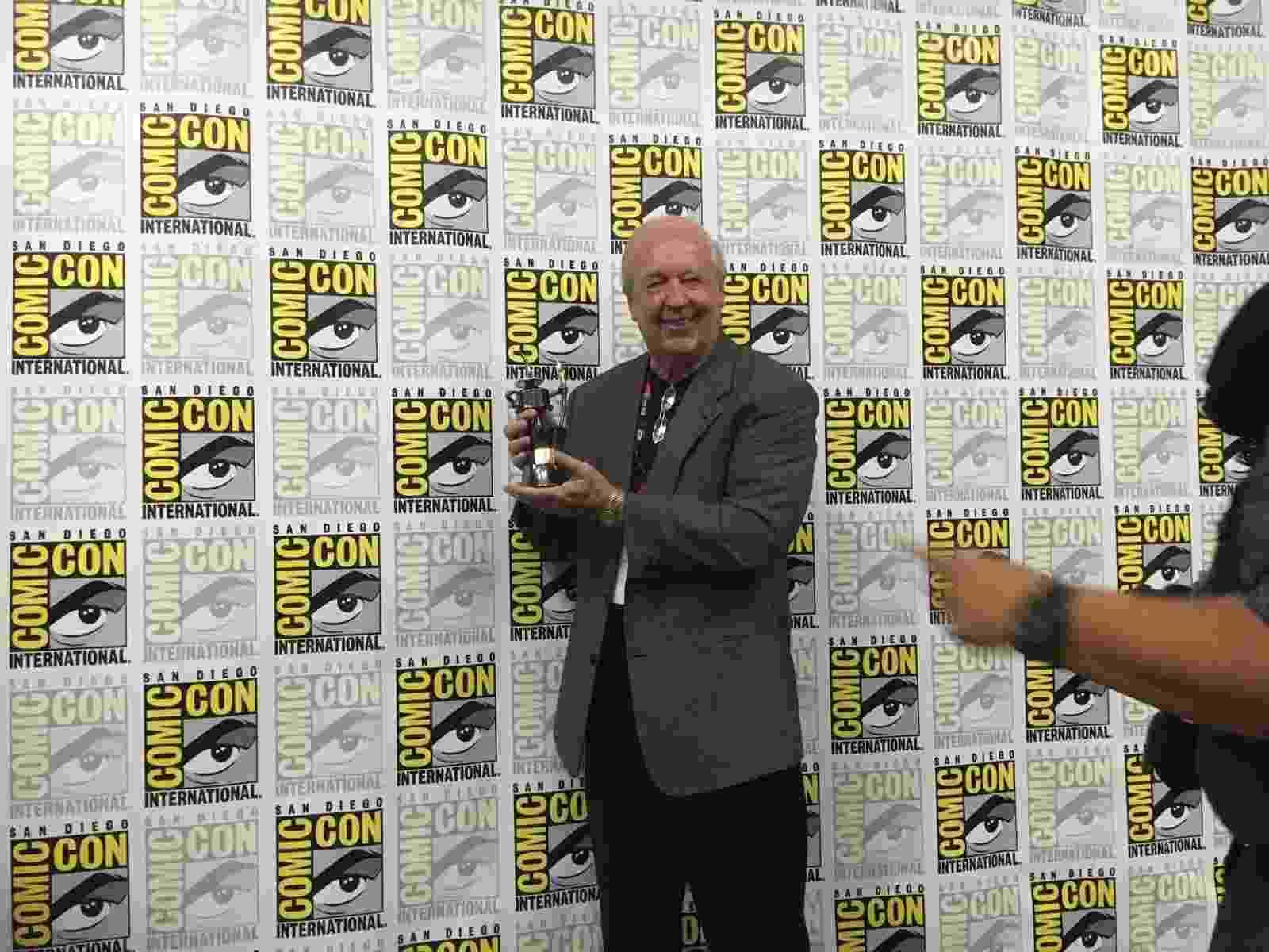 22.jul.2016 - Criador do personagem Garfield, o cartunista americano Jim Davis exibe prêmio Inkpot que recebeu na Comic-Con - James Cimino/UOL
