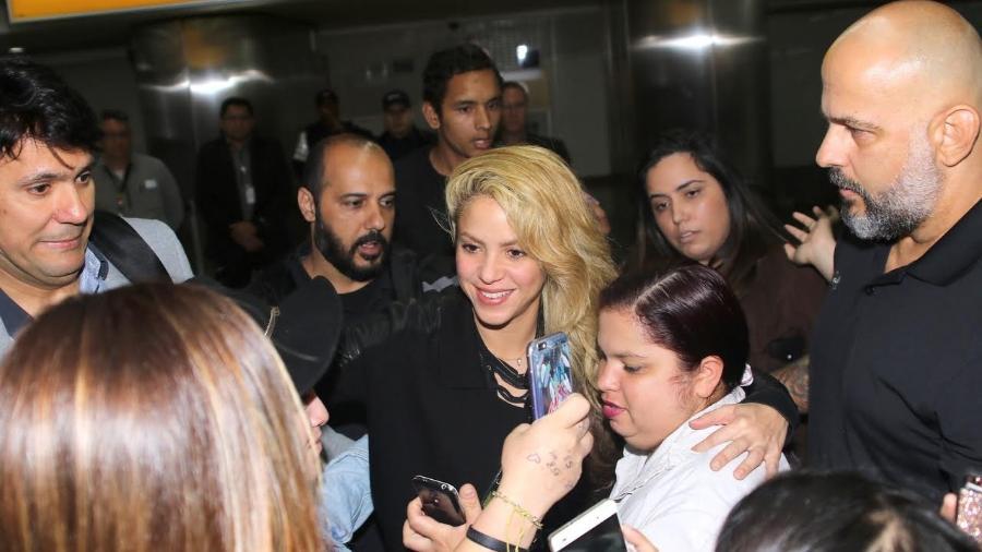 6.dez.2016 - Shakira tira fotos com fãs ao desembarcar em Guarulhos  - Thiago Duran /AgNews