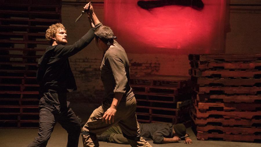 """Danny Rand (Fiinn Jones) luta em cena da primeira temporada de """"Punho de Ferro""""  - Divulgação/Netflix"""