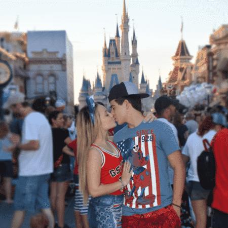 Larissa Manoela e Thomaz Costa se beijam na Disney - Reprodução/Instagram/thocostaoficial