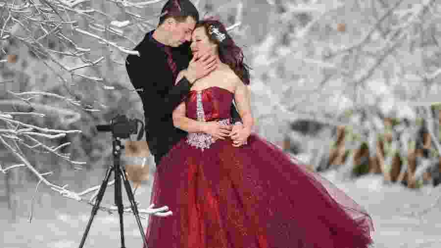 Jonathan Czitkovics e Yvonne Chen fazem fotos de casamento na Niagara Falls - AFP