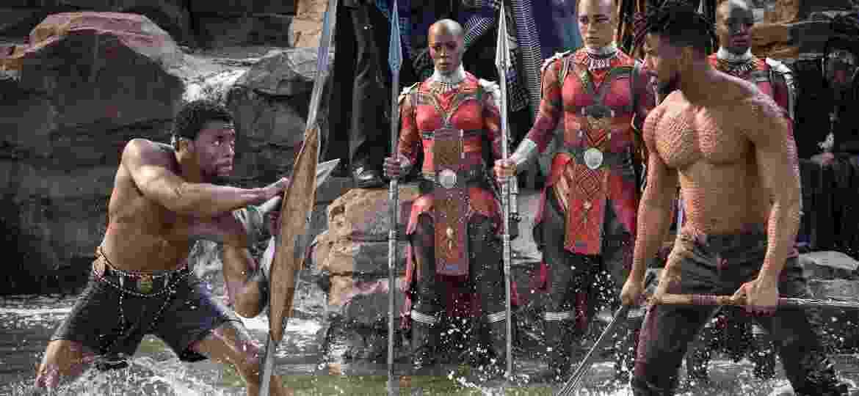 "Chadwick Boseman (esq.) e Michael B. Jordan em cena de ""Pantera Negra"" - Marvel Studios 2018"