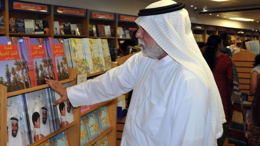 Homem visita a livraria flutuante Logos Hope - Xinhua/Wang Bo