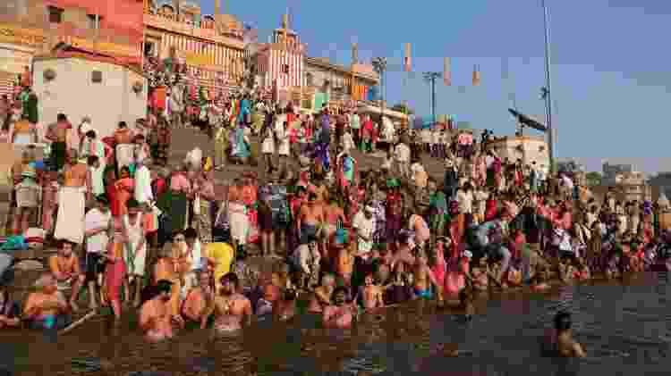 Em Varanasi, hindus entram no rio Ganges para realizar rituais religiosos - Getty Images