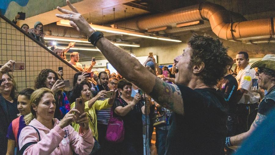 Dinho Ouro Preto, vocalista do Capital Inicial, se apresenta com a banda no metrô de São Paulo - Luiz Sontachi/Divulgação/Rock in Rio