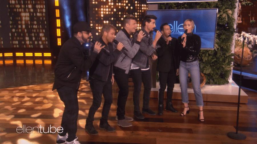 Emily Blunt e os Backstreet Boys - Reprodução