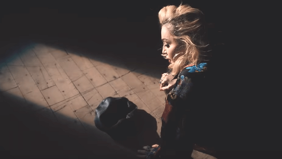 Madonna luta contra desejos proibidos no clipe de