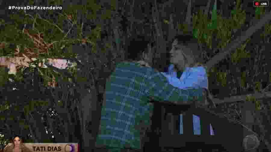 Tati Dias conversa com Guilherme na área externa - Reprodução/RecordTV