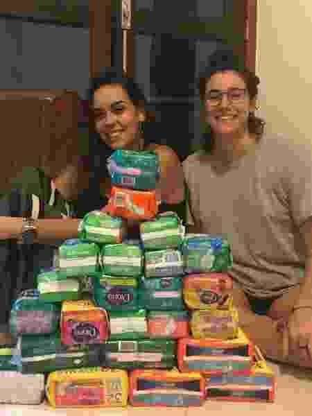Talita (esq) e Carolina coletam e distribuem absorventes nas ruas do Rio - Arquivo pessoal