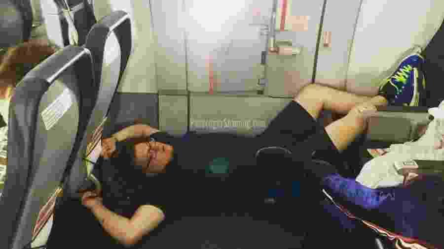 Passageiro é fotografado deitado no chão de um avião no Instagram @Passengershaming - Reprodução/Instagram