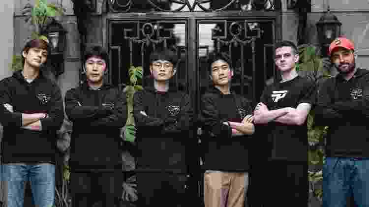 A paiN Gaming investiu pesado para 2020. Na foto, os coreanos Xero, Key e Seonghwan entre os brasileiros Dionrray, Kami e brTT - Divulgação/paiN Gaming