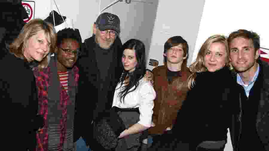 Kate Capshaw, Theo Spielberg, Steven Spielberg, Sasha Spielberg, Sawyer Spielberg, Jessica Capshaw e o marido Christopher Gavagin em 2006 - Getty Images