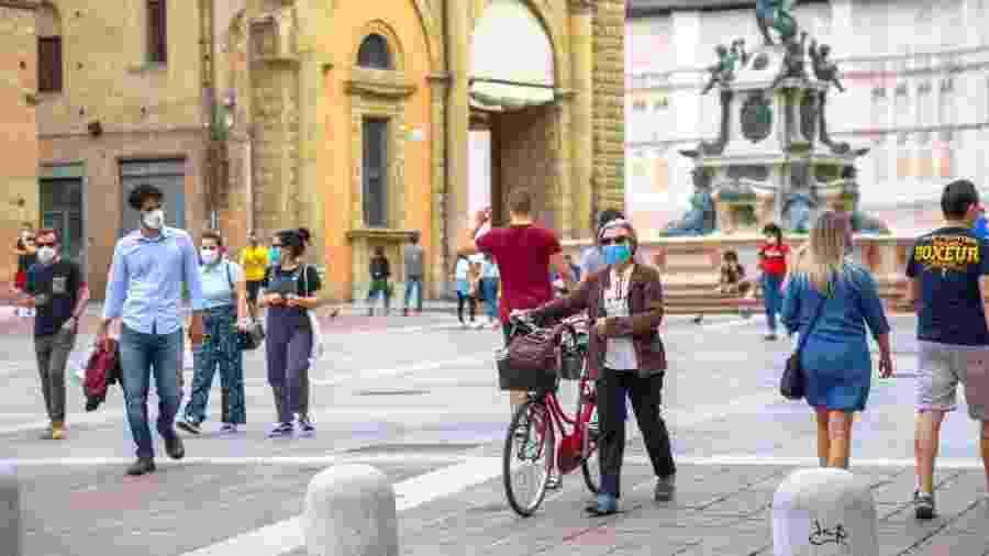 Pessoas usam máscaras contra o coronavírus nas ruas da Itália - Getty Images