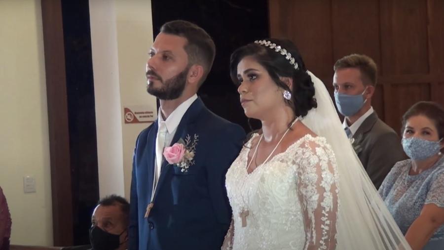 Noivos celebram casamento com convidados fora da igreja, em Natal (RN) - Reprodução/Youtube/Jackeleyde Laila