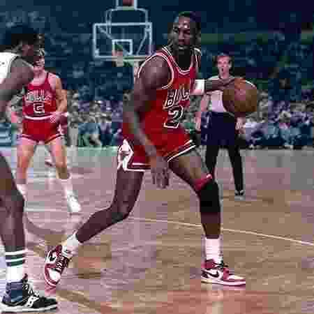 Michael Jordan na quada com o AIr Jordan 1 - Reprodução - Reprodução