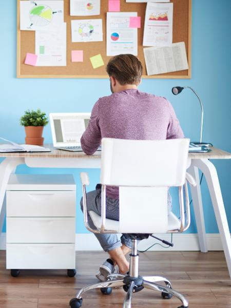 """Home office pode ter um """"up"""" com cores na parede ou em detalhes da mesa - Getty Images"""