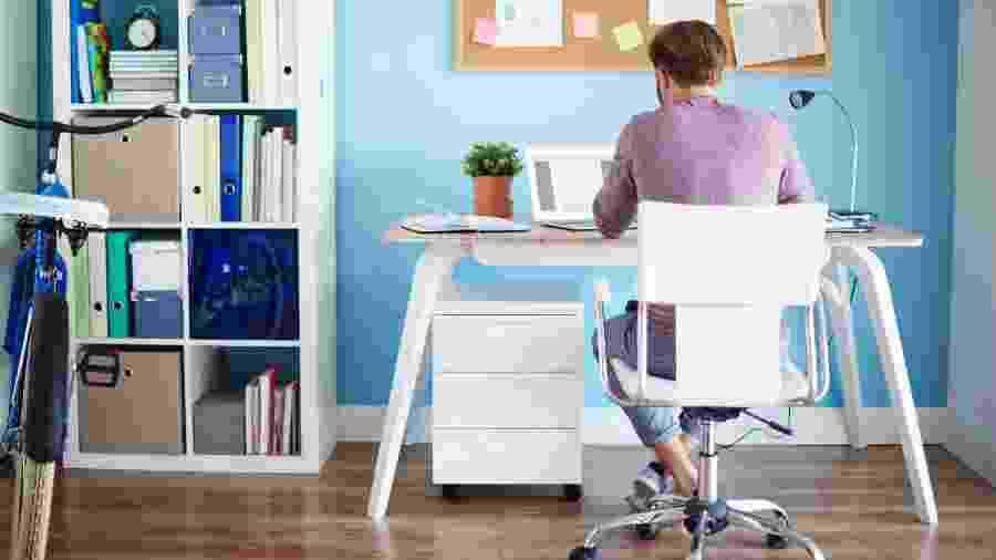 Planejada, fixa na parede ou reaproveitando móveis: várias opções para criar sua mesa de trabalho - Getty Images