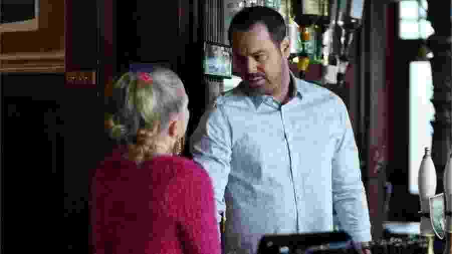 Atores mantêm distanciamento social durante filmagem de cena de novela britânica - BBC