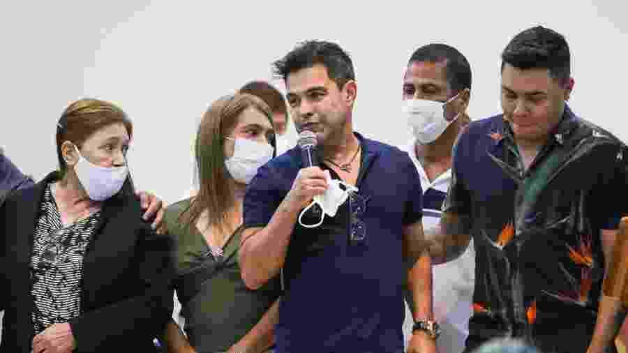 Zezé Di Camargo com a família na missa de sétimo dia do pai, Francisco - Becker/Brazil News