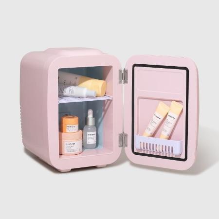 Minigeladeira de cosméticos da Océane: R$ 484, na Época Cosméticos - Divulgação