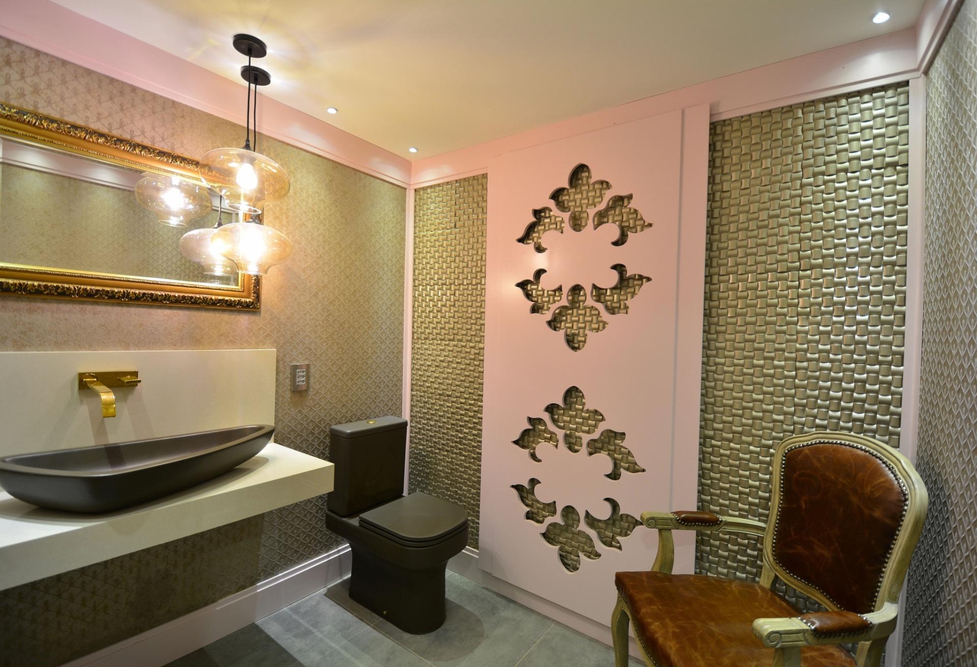 No Lavabo Funcional Feminino, desenhado pela arquiteta Marie Hellen Mafaldo Bottcher, os tons neutros remetem aos metais preciosos e dão um ar luxuoso, apesar da mistura de texturas. No ambiente, as releituras clássicas estão nos arabescos recortados a laser no painel, na moldura do espelho e na cadeira de estilo medalhão. A Casa Cor Rio Grande do Sul fica em cartaz até dia 9 de agosto de 2015, na Rua Comendador Reighantz, 903, em Porto Alegre. Outras informações: www.casacor.com.br