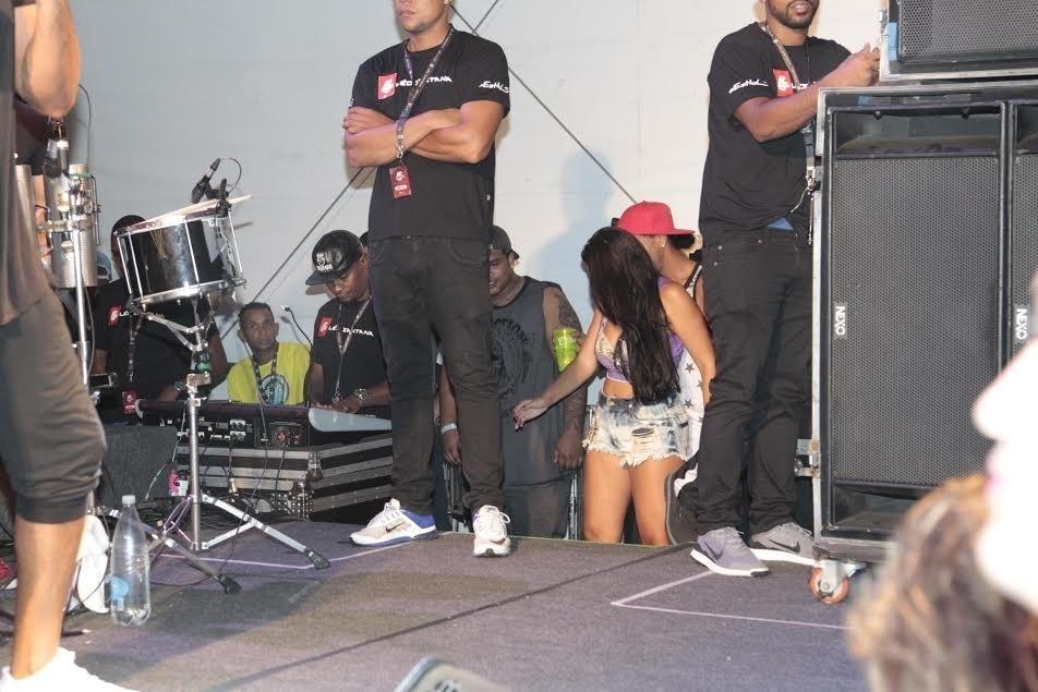 5.fev.2015 - Após dançar no palco com Leo Santana, Ronaldinho curte o show ao lado de uma morena