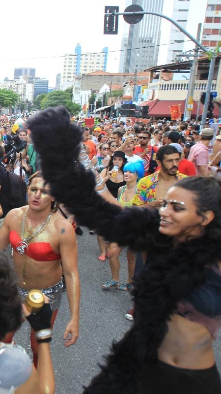 6.fev.2016 - Foliões passam em frente à estação Fradique Coutinho do metrô, em Pinheiros, na zona oeste de São Paulo, no Carnaval de 2016 - Rafael Arbex/Estadão Conteúdo