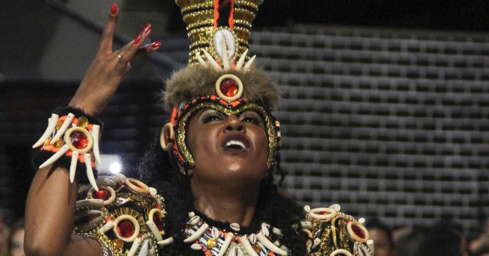 6.fev.2016 - Musa da Águia de Ouro samba na avenida no primeiro dia de Carnaval de São Paulo