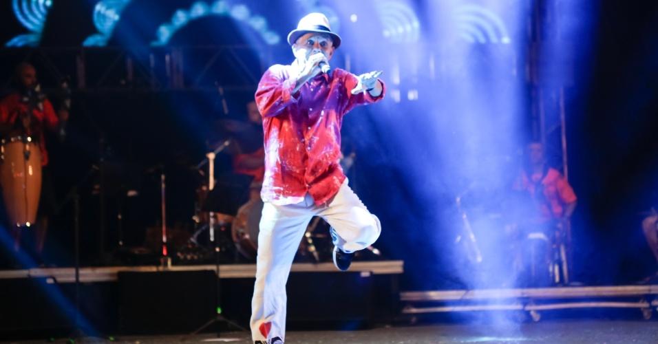 7.fev.2016 - Outro grande nome da cultura pernambucana, o músico, ator e dançarino Antonio Nóbrega se apresenta no palco do Marco Zero, em Recife