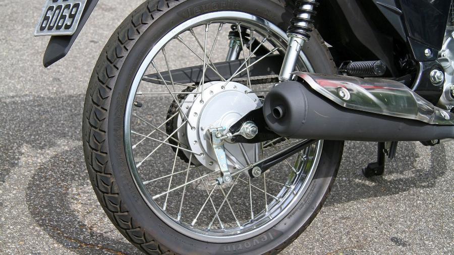 Parece defasado, mas usar rodas raiadas é trunfo das street para absorver melhor os impactos de nossas ruas esburacadas - Mario Villaescusa/Infomoto