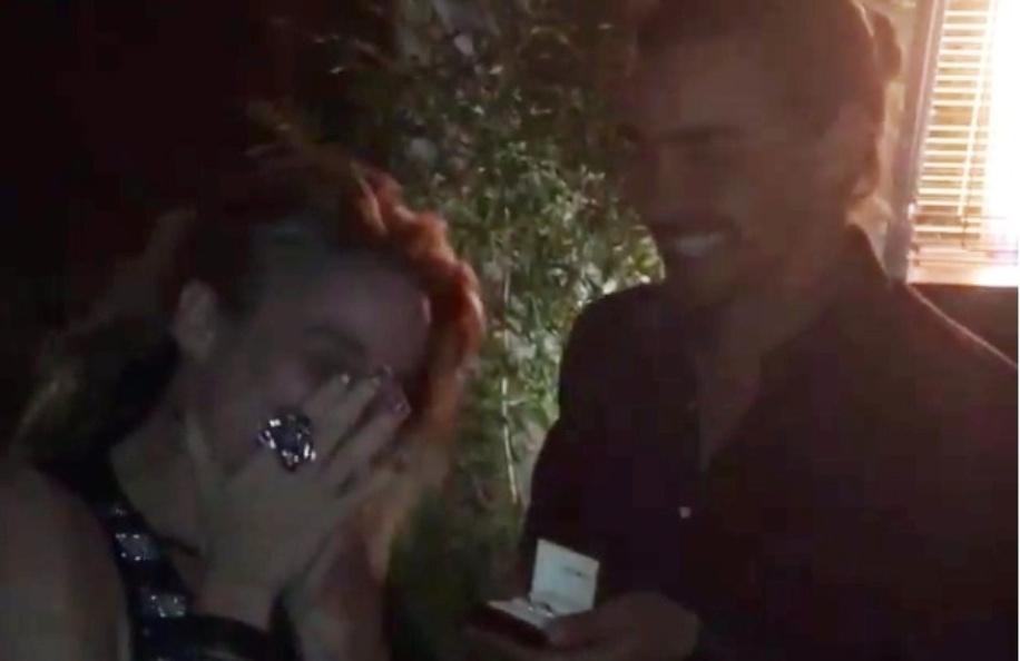 Dani Winits fica surpresa com anel de compromisso de André Gonçalves