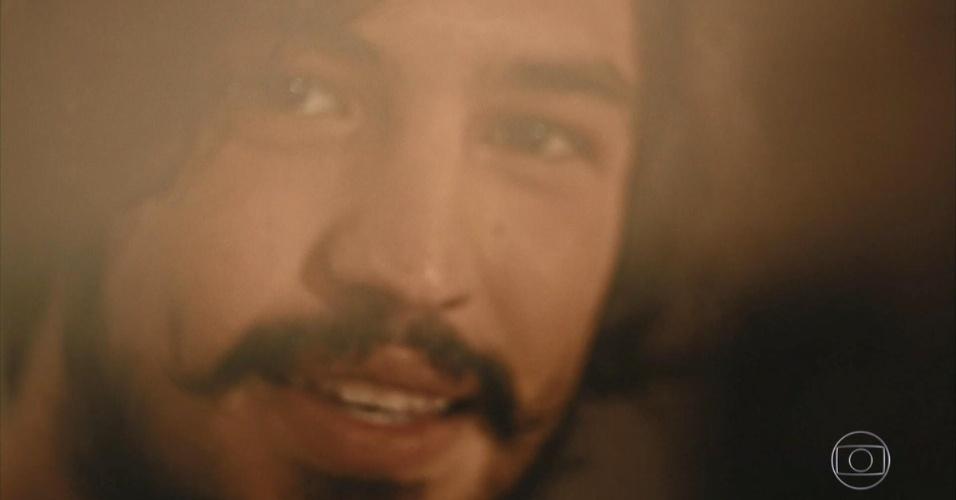Miguel (Gabriel Leone) vai em direção a Santo (Domingos Montagner), representado por uma câmera, e pede a mão de Olívia (Giullia Buscacio) em casamento