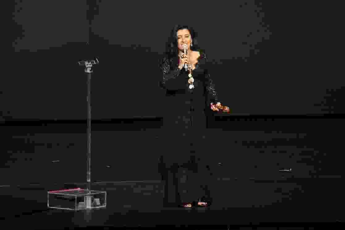 4.out.2016 - Regina Casé recebe o prêmio de melhor atriz no 15º Prêmio do Cinema Brasileiro, no Theatro Municipal, no Rio de Janeiro, na noite desta terça-feira - Thyago Andrade /BrazilNews