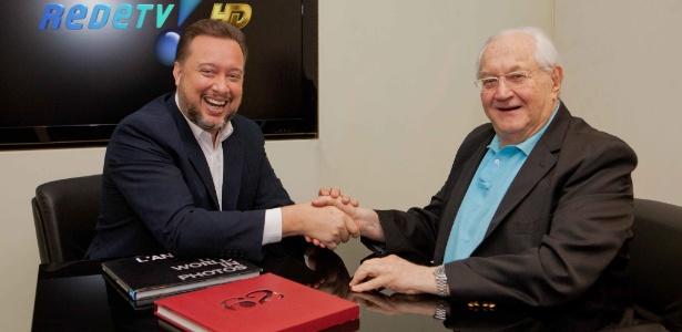 Boris Casoy assina contrato com a RedeTV! e aperta a mão de Franz Vacek, superintendente de Jornalismo e Esportes da emissora - Artur Igrecias/RedeTV/Divulgação