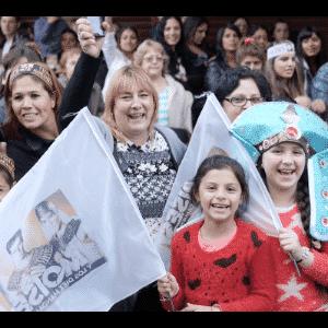"""17.nov.2016 -Milhares de fãs de reúnem no Luna Park, uma tradicional casa de espetáculos de Buenos Aires, para acompanhar a abertura do Mar Vermelho da novela """"Moises y Los Diez Mandamientos"""" - Grégoire Bouquet/UOL"""