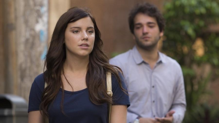 """Tiago (Humberto Carrão) segue Marina (Alice Wegmann) em """"A Lei do Amor"""" - Reprodução/GShow"""