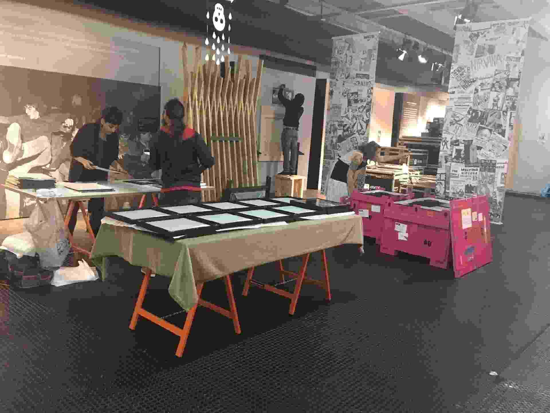 """Equipe organiza os objetos que serão expostos na mostra """"Nirvana: Taking Punk to the Masses"""" - Adriana de Barros/UOL"""