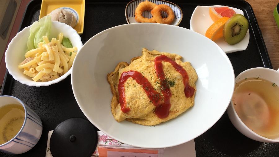 Omuraisu, salada de macarrão, sopa de frango, anéis de peixe, fruta e chá verde - Reprodução/Imgur