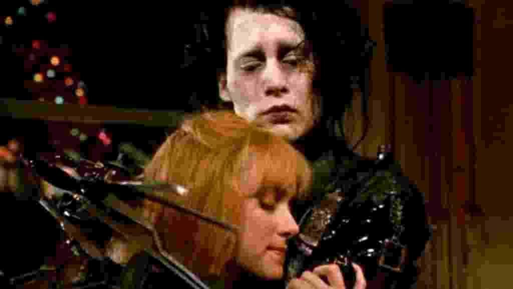 """Johnny Depp e Winona Ryder em cena de """"Edward Mãos de Tesoura"""" (1990) - Reprodução"""