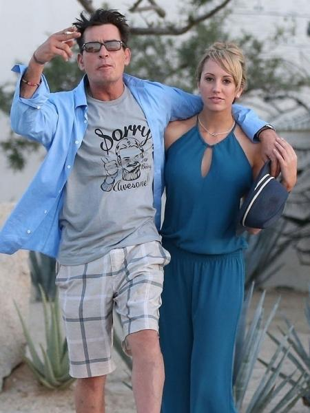 Charlie Sheen acena para fotógrafos ao lado da atriz pornô Brett Rossi - Reprodução